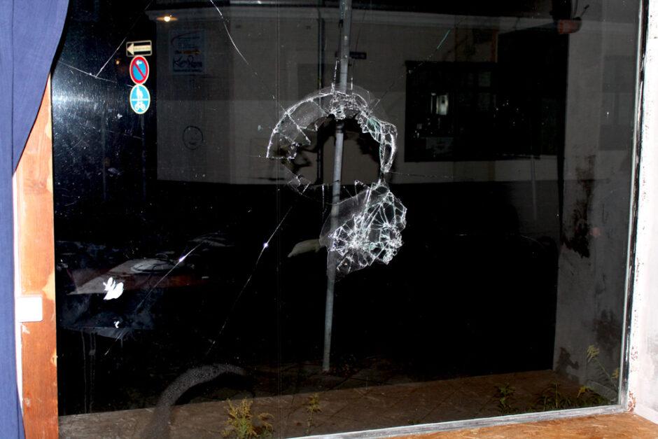 """Zu sehen ist die zertrümmerte Scheibe im Sonja-Barthel-Haus in Lüneburg. Mit einem Backstein oder sogar einem """"Nothammer"""" wurde die Scheibe um ca. 21:00 Uhr bearbeitet, um an die Fahne der """"Antihomophoben Aktion"""" zu gelangen..."""