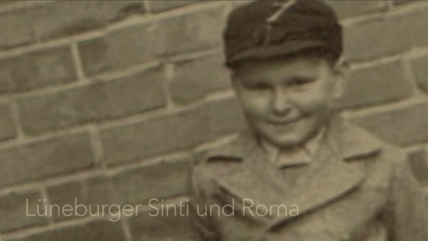 Ein Junge vor einer Steinmauer. Es ist eines der wenigen Fotos die von Wolfgang Czaja / Mirosch / Heine erhalten geblieben sind