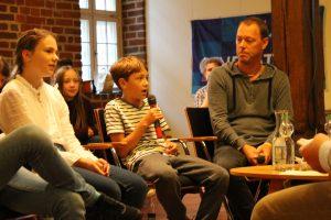 Jugendliche diskutieren mit Bundestagskandidat*innen