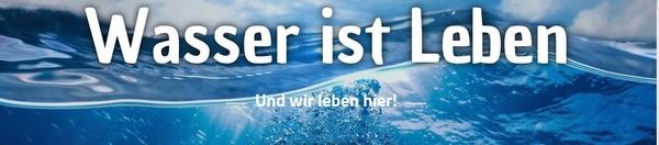 Logo der Initiative 'Unser Wasser'. Man sieht eine blaue Wasserwelle in Nahaufnahme mit dem Schriftzug 'Wasser ist Leben'