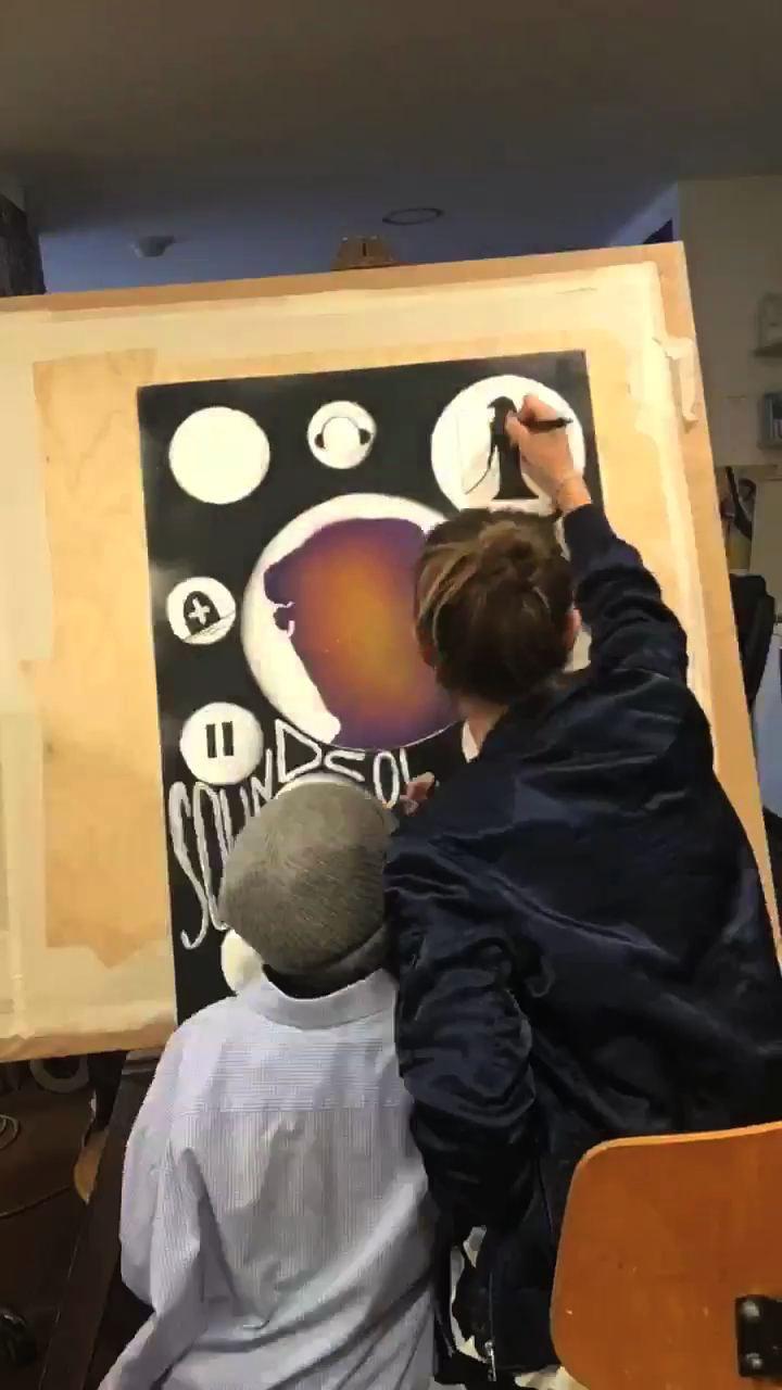 Kinder malen und zeichnen ein Plakat zu Franz Holländer