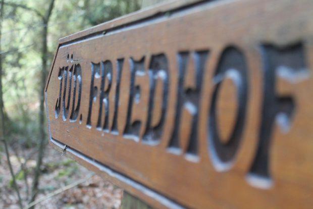 Wegweiser am Jüdischen Friedhof bei Bleckede