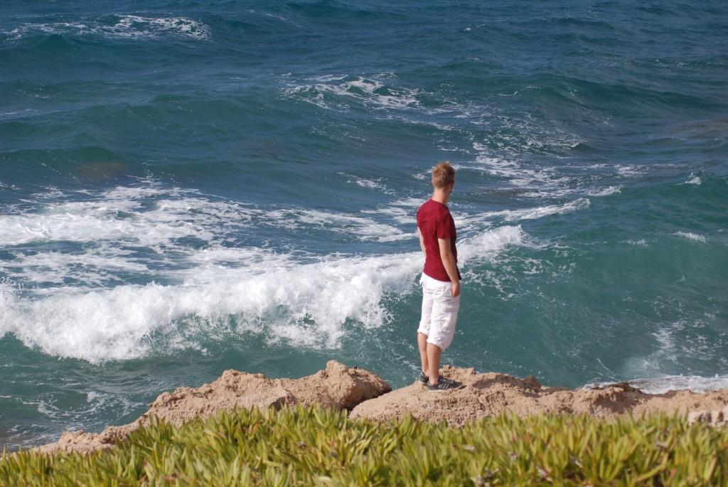 Teilnehmer blickt auf Meer