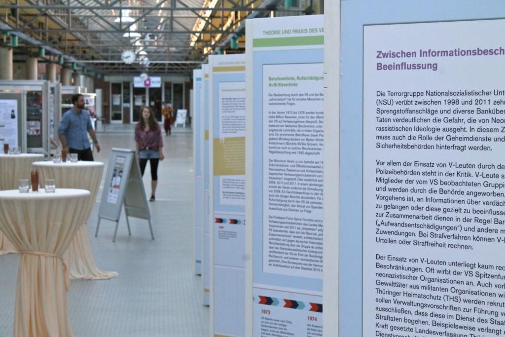 """(© 2015 Georg Gunkel-Schwaderer) Die Ausstellung """"Versagen mit System"""" zum Thema des skandalträchtigen """"Verfassungsschutzes"""", im Hörsaalgang der Leuphana Universität Lüneburg"""