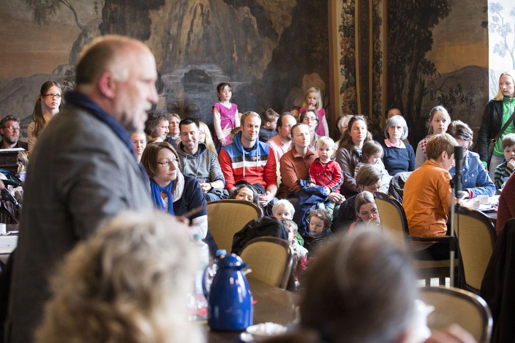 """Holger Nowak (Grüne) stellt im Angesicht der Eltern-/ Kinderflut im Jugendhilfeausschuss den Antrag, den Tagesordnungspunkt """"Kita-Gebühren"""" zu streichen."""